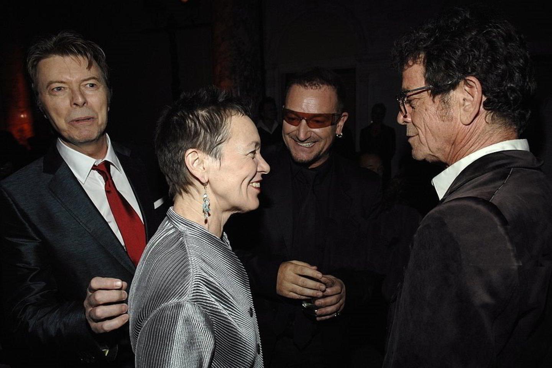 Kultinė amerikiečių menininkė L.Anderson su D.Bowie (kairėje), Bono (centre) ir L.Reedu.<br>Rengėjų nuotr.
