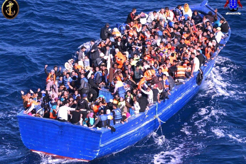 Jūroje prie Libijos krantų žuvo mažiausiai 11 migrantų, o dar 263 per dvi atskiras sekmadienio operacijas buvo išgelbėti, pranešė šalies karinis jūrų laivynas.<br>AFP/Scanpix nuotr.