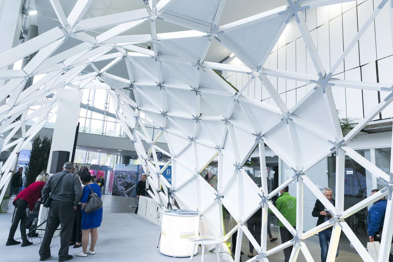 """Statybų žurnalo """"Strcutum"""" futūristnio stiliaus stende buvo galima paklaidžioti po išmaniuosius miestus, užsidėjus virtualios realybės akinius.<br>T.Bauro nuotr."""