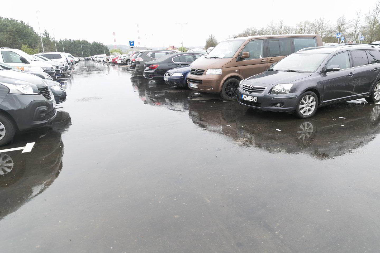 """Dar pernai automobilių aikštelė prie """"Litexpo"""" buvo išasfaltuota, tad nebeteks klampoti per purvynus.<br>T.Bauro nuotr."""