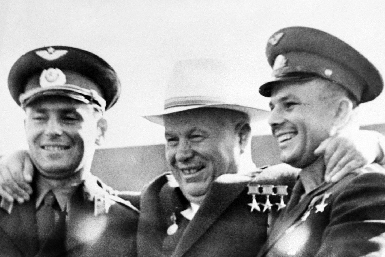 """J.Gagarinas (dešinėje) su N.Chruščiovu.<br>""""Scanpix"""" nuotr."""
