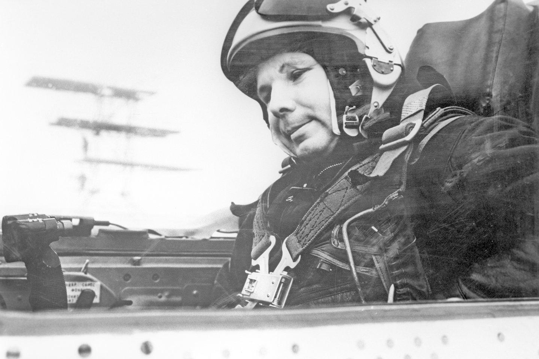 """J.Gagarinas MIG-21 kabinoje.<br>""""Scanpix"""" nuotr."""