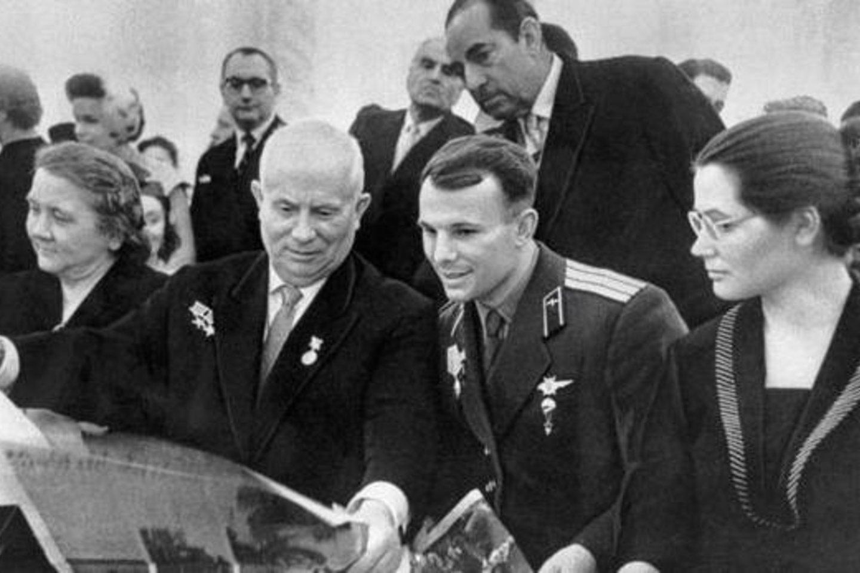 """Chruščiovo žmona, Chruščiovas, Gagarinas, Gagarino žmona.<br>""""Scanpix"""" nuotr."""