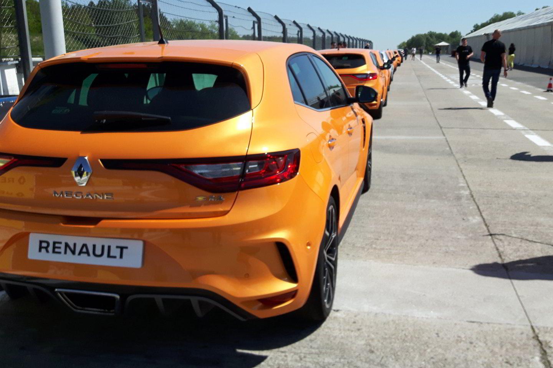 """""""Renault Megane R.S."""" bando suderinti du skirtingus dalykus – išlikti vairavimo entuziastų mėgstamu modeliu, bet tuo pat metu tapti praktiškesniu.<br>S. Rinkevičiaus nuotr."""