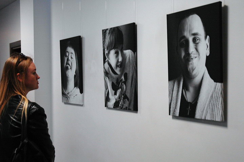 Nuotraukos traukia parodos lankytojų dėmesį.<br>L. Jakubauskienės nuotr.
