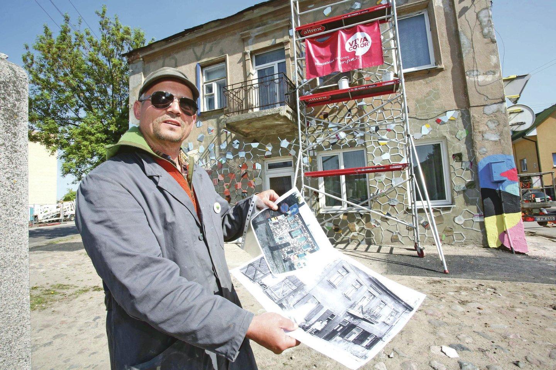 V.Jakas apleisto namo fasadą sumanė papuošti veidrodžių šukėmis, kurios primins degančius akmenis.<br>M.Patašiaus nuotr.