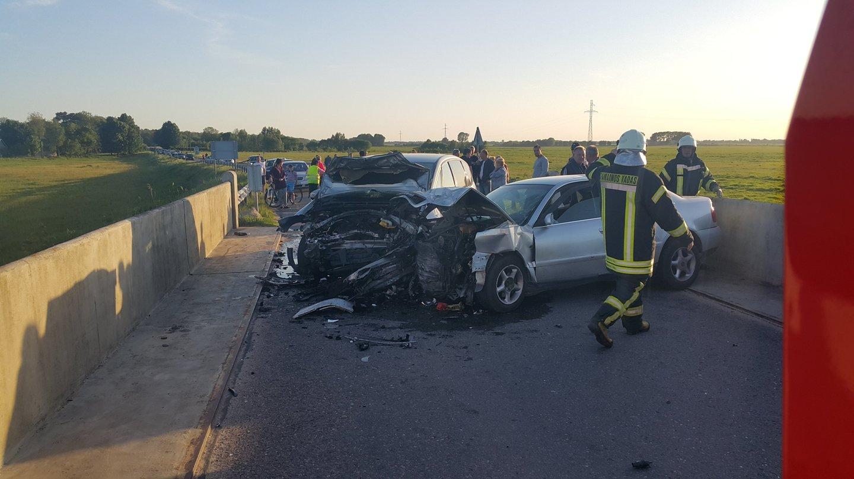 Smūgio būta stipraus, automobiliai smarkiai apgadinti, du vairuotojai perduoti medikams.<br>R.Žalgevičiaus nuotr.