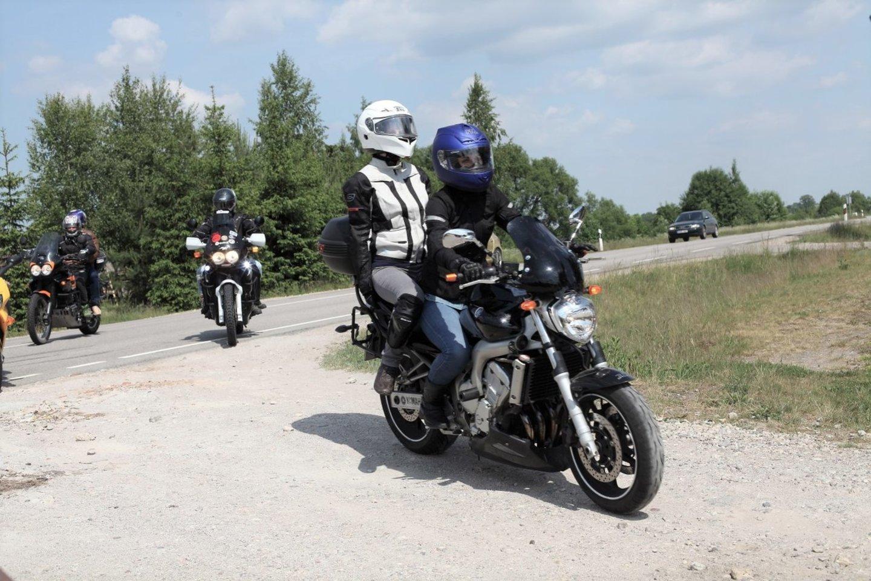 Motociklininkai iš visos Lietuvos, pasisodinę į ekipažą neregius keleivius, kartu leisis į draugišką žygį.<br>M. Matulevičiaus nuotr.