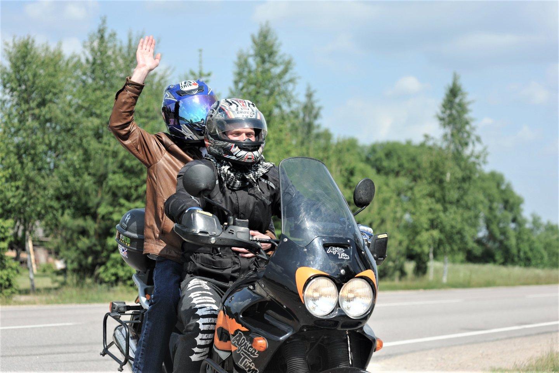 Motociklininkai iš visos Lietuvos, pasisodinę į ekipažą neregius keleivius, kartu leisis į draugišką žygį.<br>R.Perovos nuotr.