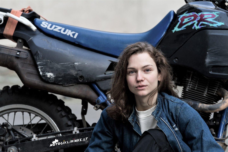 Mokytojos ir motociklininkės Aldonos Juozaitytės-Pievos iniciatyva motociklininkai iš visos Lietuvos, pasisodinę į ekipažą neregius keleivius, kartu leisis į draugišką žygį.<br>J.Lengvino nuotr.