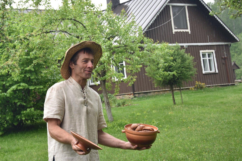 """""""Pastaruoju metu sodas tapo patrauklus turistams, nes mūsų sodyba pateko į """"Paveldo sodų"""" maršrutą"""", – sakė T.Survila.<br>A.Srėbalienės nuotr."""