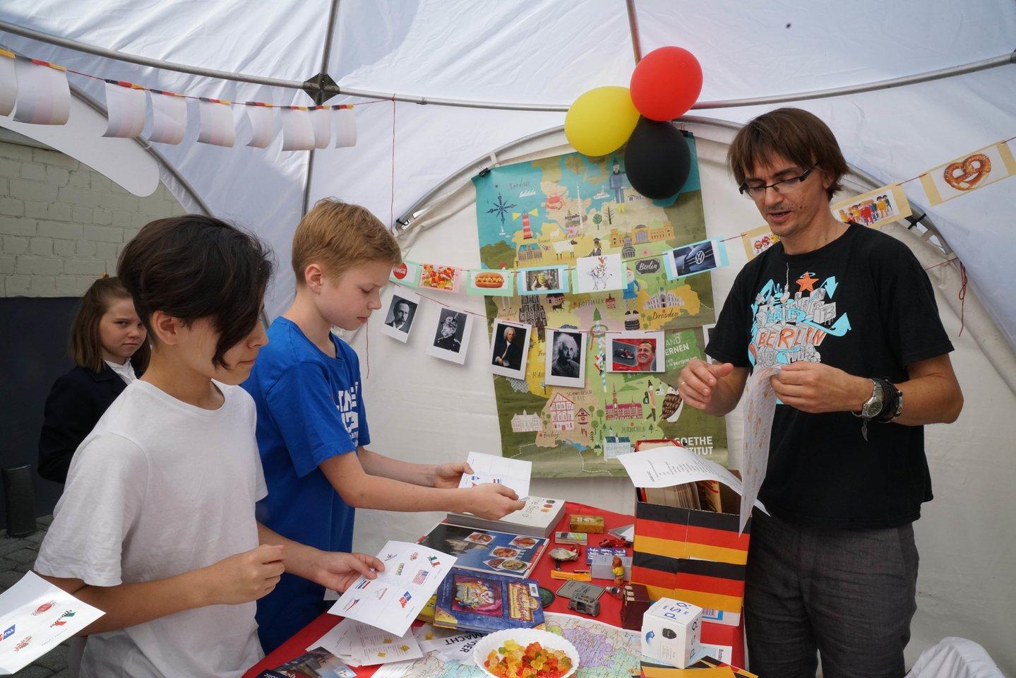 Festivalio metu moksleiviai su savo tėveliais ir Lietuvoje reziduojančiomis ambasadomis mokyklos kieme surengė tikrą tautų šventę.<br>AISV nuotr.