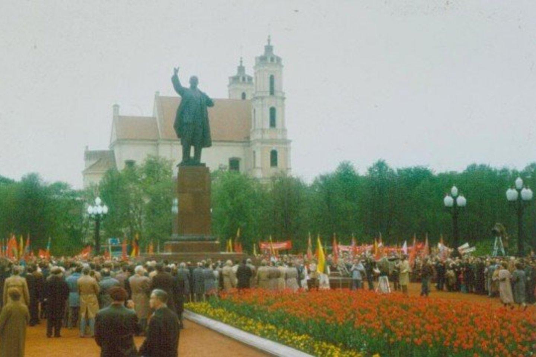 Sovietmečiu Lukiškių aikštė iš turgelių ir pasismaginimų vietos buvo paversta memorialiniu kompleksu.