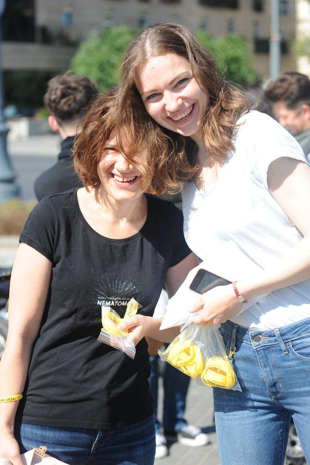 """Akcijos """"Mane veža"""" iniciatorė – dailės mokytoja, tinklaraščio motociklininke.lt autorė Aldona Juozaitytė-Pieva (dešinėje).<br>R. Perovos nuotr."""