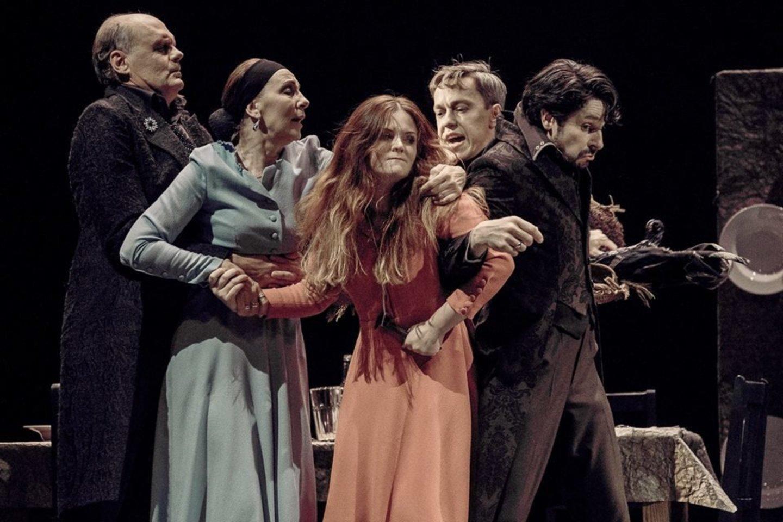 """""""TheATRIUM"""" scenoje naujausias E.Nekrošiaus spektaklis apie mįslingą lietuviškųjų Rytprūsių dvasią.<br>A.Kubaičio nuotr."""