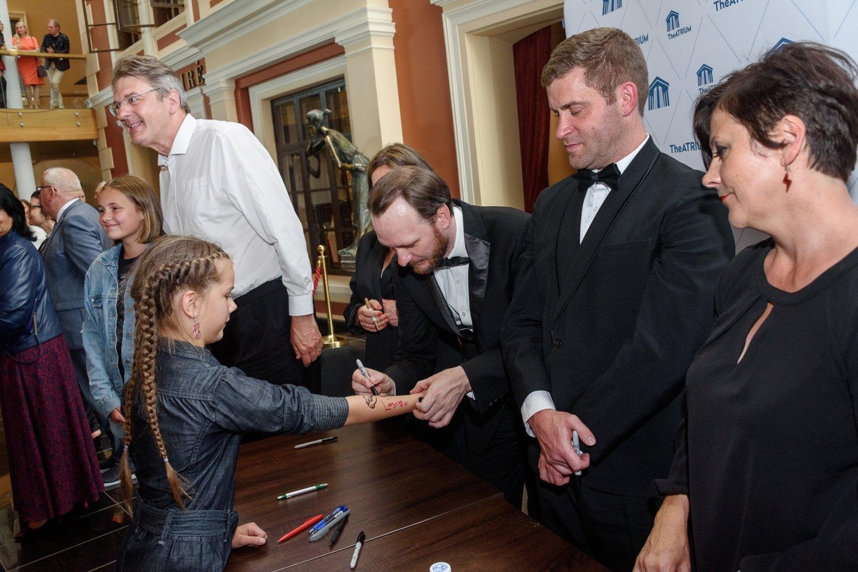 Autografas ant rankos.<br>A.Kubaičio nuotr.