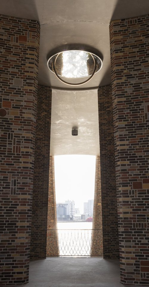 Iš keturių susikertančių cilindrų sulipintas pastatas į viršų kyla 28 metrus.<br>A.S.Bergo/archdaily.com nuotr.