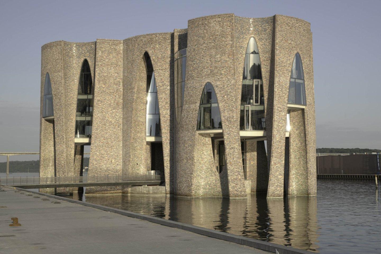 Iš keturių susikertančių cilindrų sulipintas pastatas į viršų kyla 28 metrus.<br>D.de Larreos Remiro/archdaily.com nuotr.