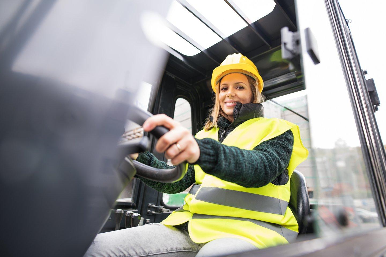 Moterys Lietuvoje labiau įsivaizduojamos kaip dirbančios darbą biure. Vis dėlto, anot profesinio mokymo ekspertų, jos gali sėkmingai būti tiek statybų vadovėmis, tiek mechanizacijos operatorėmis.<br>123rf.com nuotr.
