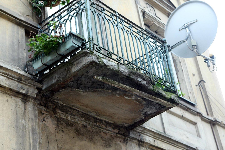 Moters balkone rasta įranga skirta alkoholio gamybai.<br>R.Danisevičiaus asociatyvi nuotr.