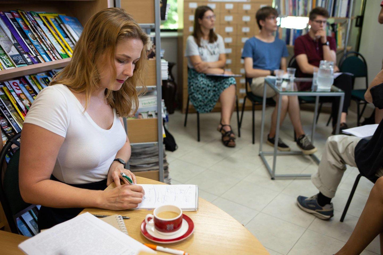 Vertėja J.Žukauskaitė padeda festivalyje susikalbėti vokiečiams ir lietuviams.<br>Rengėjų nuotr.