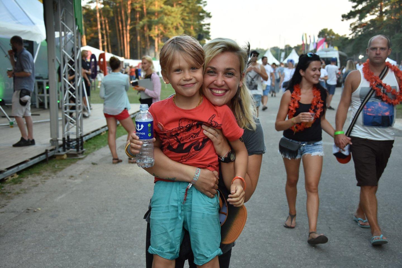 Festivalio nepraleido ir TV laidų vedėja Eglė Kernagytė su sūnumi.<br>R.Zilnio nuotr.