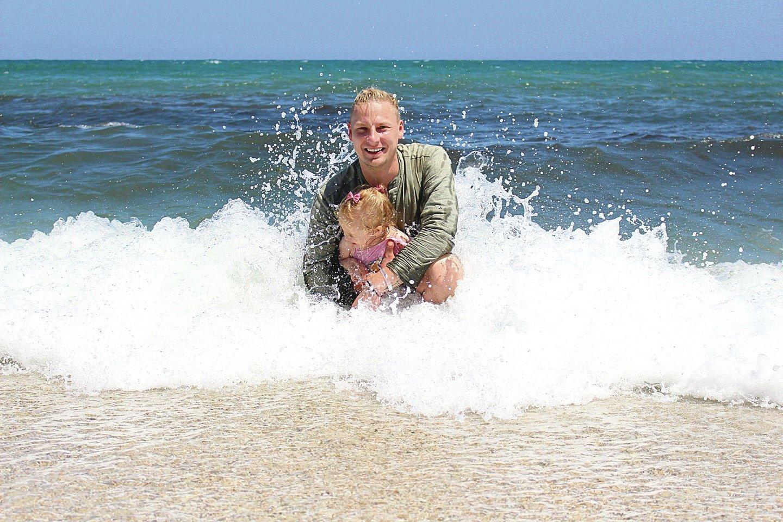 Justino vyresnėlei dukrai patiko maudynės šiltoje Viduržemio jūroje.<br>Nuotr. iš asmeninio albumo
