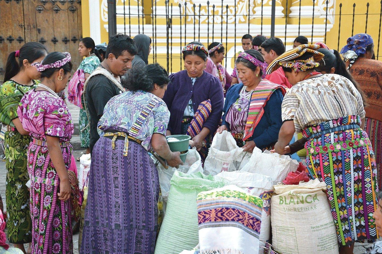 Turguje gvatemalietės parduoda pagrindinį maisto produktą – kukurūzus.<br>Asmeninio archyvo nuotr.