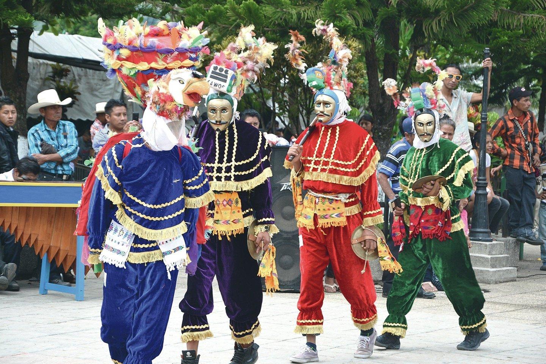 Vietos gyventojai tautiniais kostiumais puošiasi tradicinių šokių šventėje.<br>Asmeninio archyvo nuotr.
