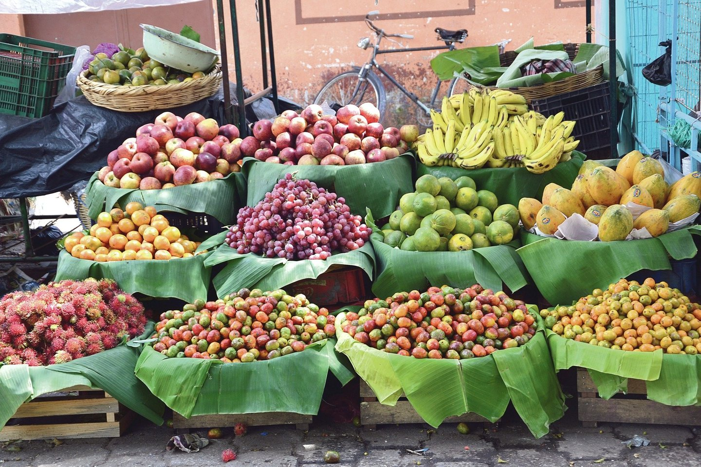 Ištisus metus turguje akys raibsta nuo sunokusių spalvingų vaisių.<br>Asmeninio archyvo nuotr.