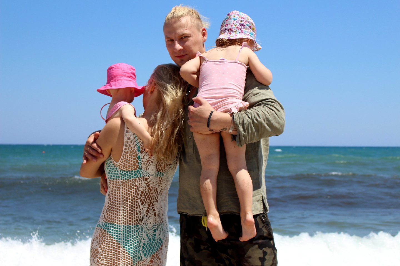 Šią vasarą J.Lapatinskas su žmona Migle ir trejų bei vienų metų dukrelėmis atostogavo Kretos saloje.<br>Nuotr. iš asmeninio albumo