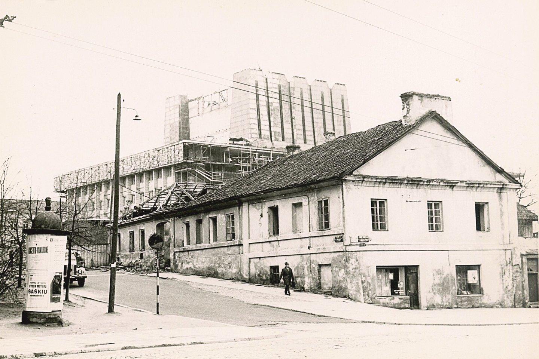 Statant teatrą palei Vilniaus gatvę buvo nuversti trys čia stovėję namai (1972 m. nuotr.).<br>R.Danisevičiaus nuotr.
