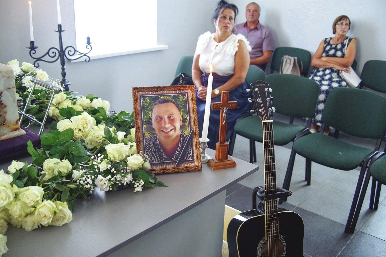 M.Remeikio urna skendėjo baltose rožėse, o šalia buvo pastatyta gitara, kurią muzikantas vadino savo nuolatine palydove.