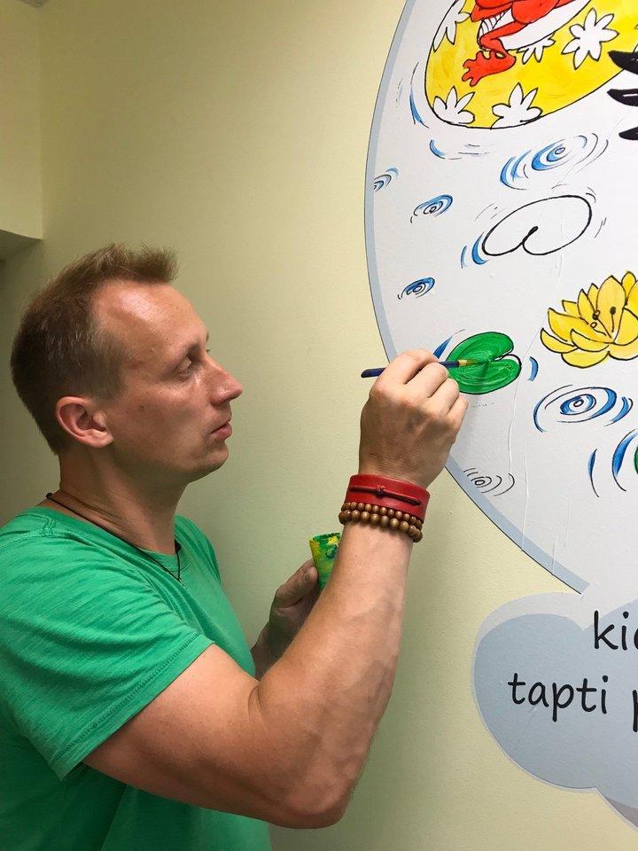 R.Dabrukas šiemet smagiais piešiniais papuošė Santaros vaikų ligoninės sienas, kad būtų smagiau ir jie pasveiktų greičiau.<br>Nuotr. iš asmeninio archyvo