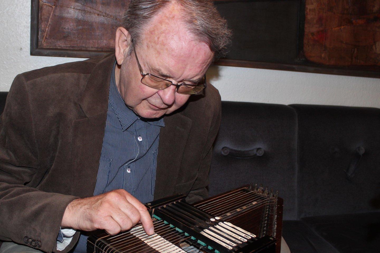 Š.Toliušis atrado unikalų muzikos instrumentą - citrą.<br>G.Pilaičio nuotr.
