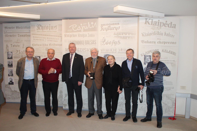 Š.Toliušis (kairėje) Klaipėdos apskrities viešojoje I.Simonaitytės bibliotekoje su literatais ir žurnalistais.<br>G.Pilaičio nuotr.