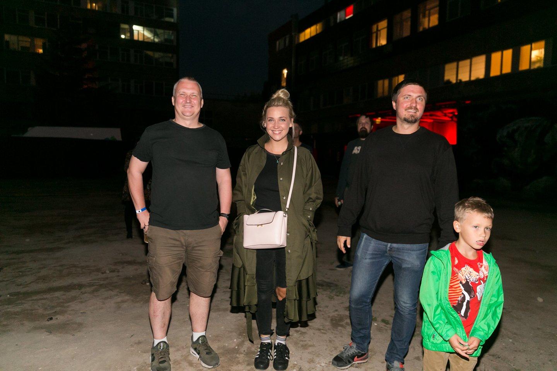 TV laidų vedėja Eglė Kernagytė su vyru Vytautu (dešinėje), sūnumi ir muzikos atlikėjų vadybininku Justu Čekuoliu.<br>T.Bauro nuotr.