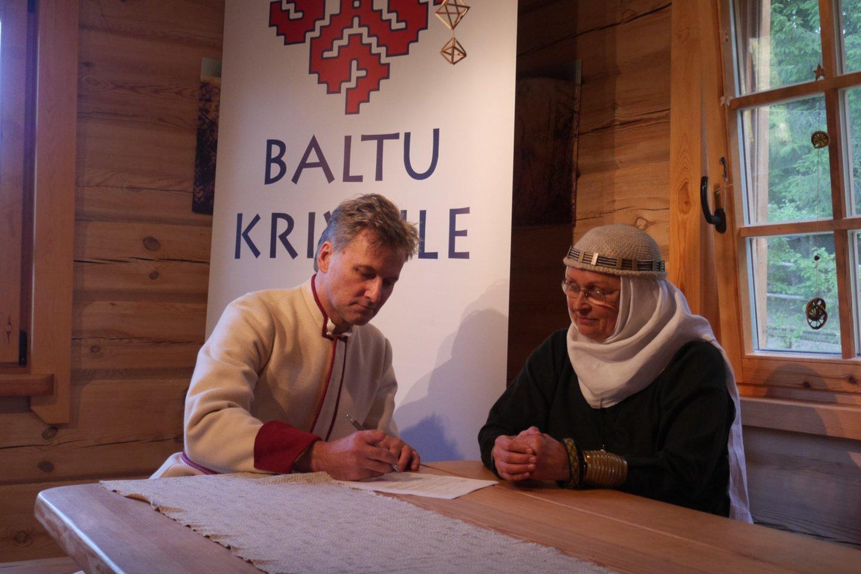 Skelbiama, kad naujas religinis susivienijimas rūpinsis senovės baltų religinių bendrijų tikėjimu Latvijoje, Lietuvoje ir visuose žemėse, kur gyvena baltų religijos išpažinėjai.<br>J.Vaiskūno nuotr.