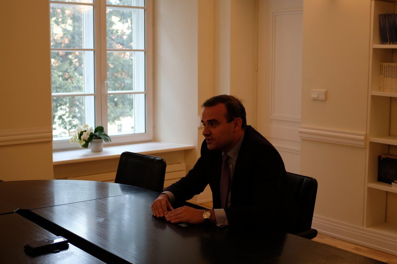 Vilniuje viešėjęs Prancūzijos parlamento narys Alexandre Holroyd įsitikinęs, kad Baltijos šalys yra Europos sėkmės pavyzdys.<br>Prancūzijos ambasados Vilniuje nuotr.