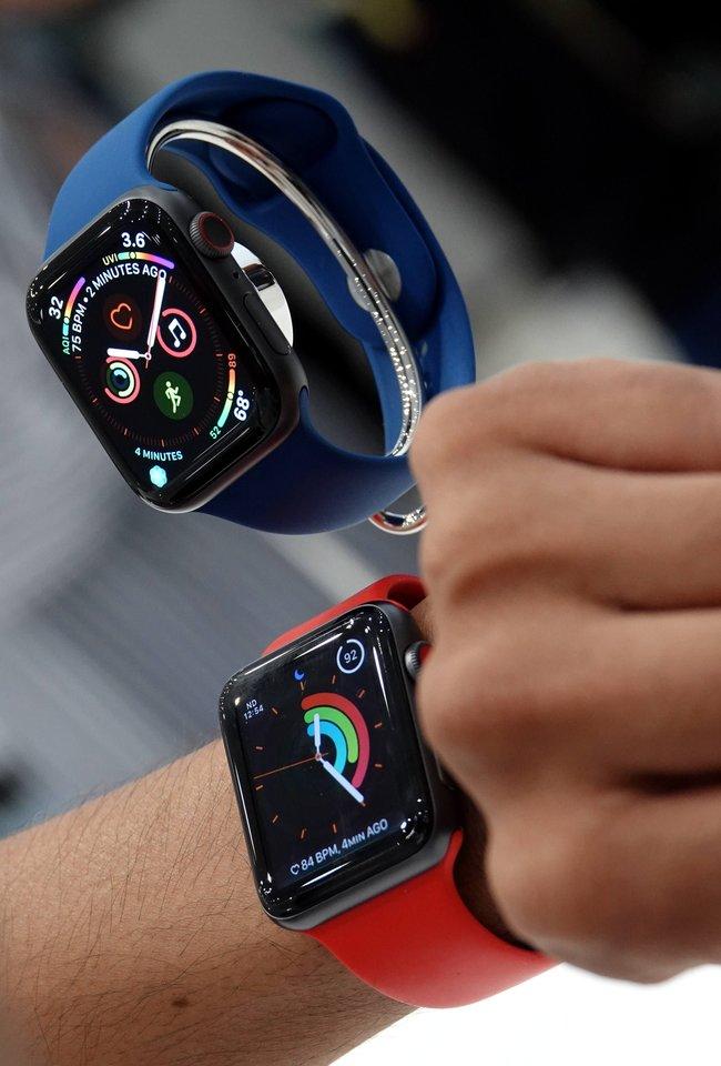 """""""Apple"""" pasigyrė, kad """"Apple Watch Series 4"""" turės tai, ko neturi joks kitas vartotojiškos elektronikos įrenginys – sistemą, leidžiančią registruoti elektrokardiogramą (EKG).<br> SIPA press / Scanpix nuotr."""