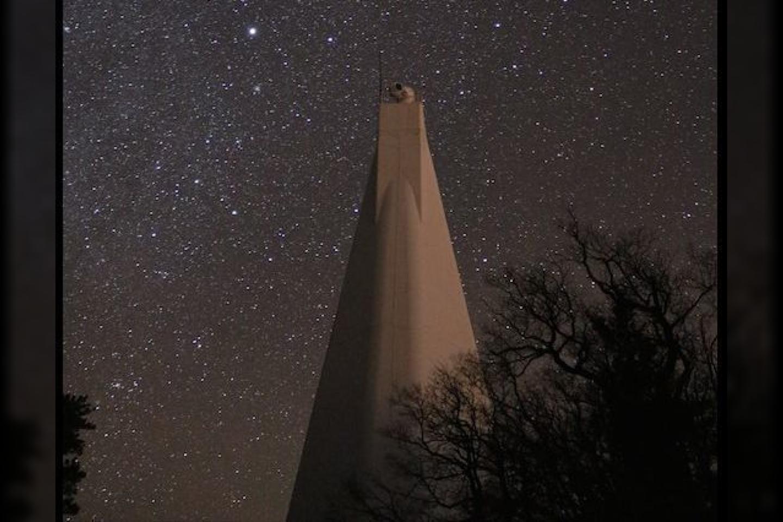 """JAV Naujosios Meksikos valstijoje įsikūręs """"Sunspot Solar Observatory"""" mokslo centras rugsėjo 6 dieną staiga buvo uždarytas. Toks pat likimas ištiko ir netoliese esantį pašto skyrių. Įstaigos neatidarytos iki šiol ir niekas nežino, kas nutiko.<br>Wikimedia commons"""