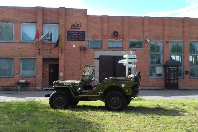 """Sutarta dėl istorinių automobilių muziejaus kūrimo netoli Lazdijų.<br>J.Balytaitės ir """"Retromobile"""" nuotr."""