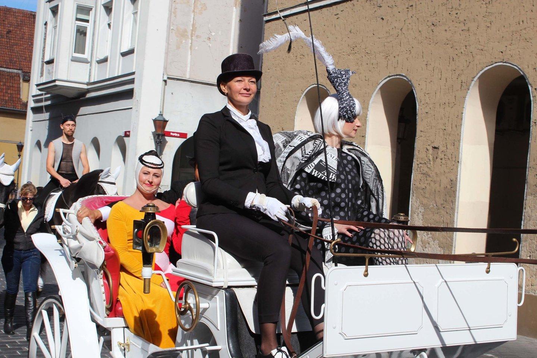 Klaipėdos valstybinio muzikinio teatro artistai linksmai kraustėsi iš senųjų patalpų, kurios bus rekonstruotos.<br>G.Pilaičio nuotr.