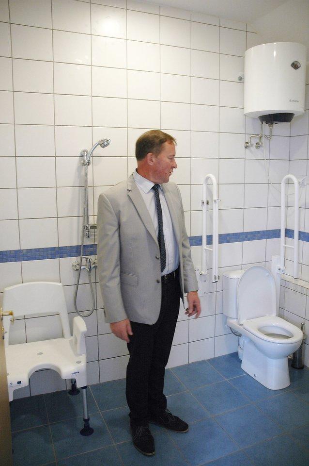 V. Kederys aprodo neįgaliems žmonėms pritaikytas sanitarines patalpas.<br>L. Jakubauskienės nuotr.