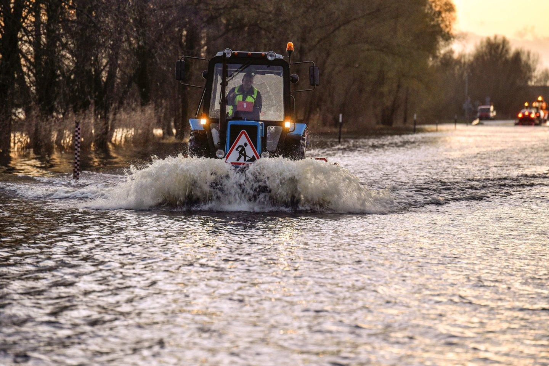 Kelias Šilutė–Rusnė vienintelis veda į Rusnės salą ir per kasmetinius potvynius yra užliejamas bei taip sutrikdo vietos susisiekimą.<br>V.Ščiavinsko nuotr. iš archyvo