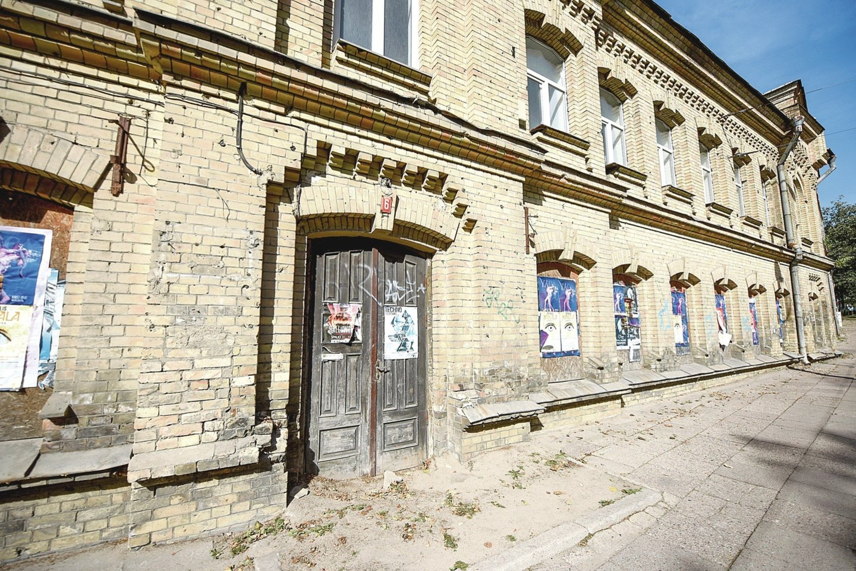 Tik neseniai Turto bankas pardavė Sluškų rūmų dalį, kur veikė pasų poskyris.<br>D.Umbraso nuotr.