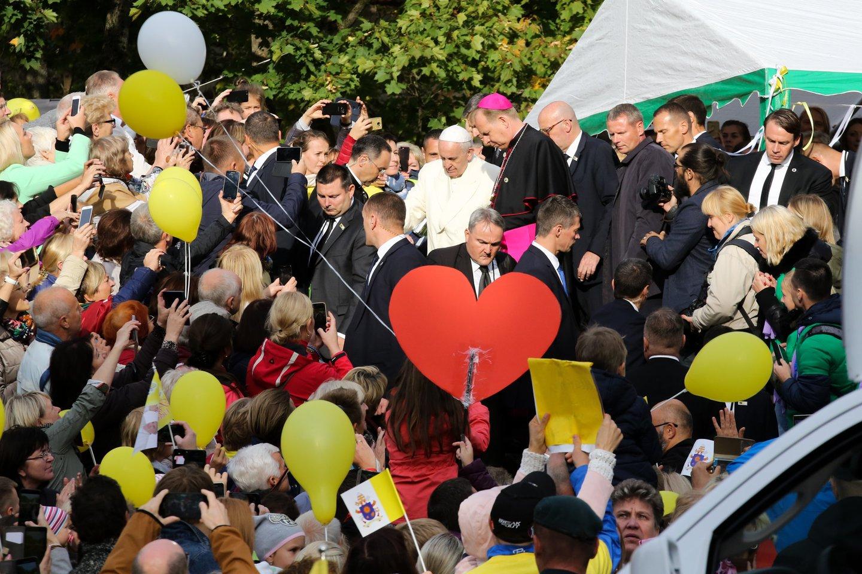 Popiežius hospiso ligoniams dovanojo rožinius ir palaiminimą.<br>T.Bauro nuotr.
