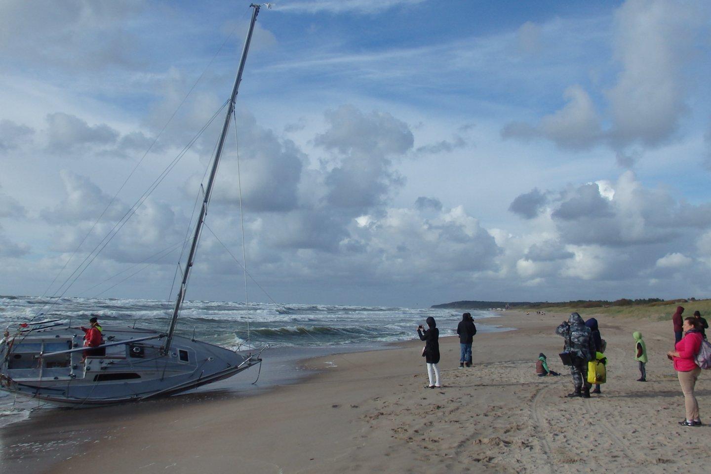 """Jachta """"Defiance"""" nublokšta į krantą - du buriuotojai dingo jūroje, išsigelbėjusi mergina neišgyveno.<br>G.Pilaičio nuotr."""