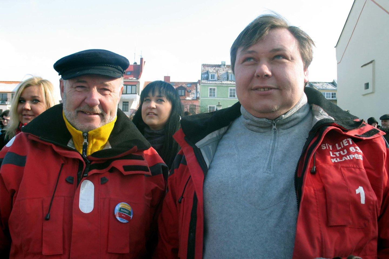 """Steponas Kudzevičius jachtos """"Lietuva"""" ir rudeninės regatos vairą perdavė į sūnaus Osvaldo Kudzevičiaus rankas.<br>G.Pilaičio nuotr."""