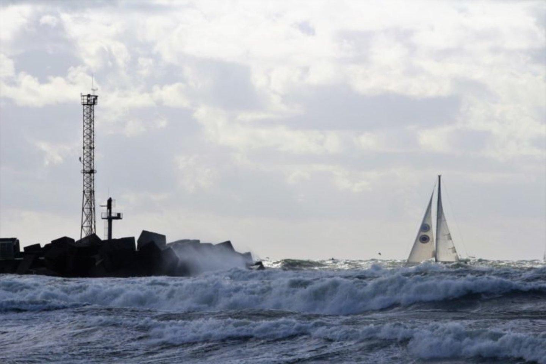 """Jachta """"Lietuva"""" įplaukia į Klaipėdos jūrų uosto vartus. Bangų aukštis nevaikiškas.<br>Arbusis.lt nuotr."""